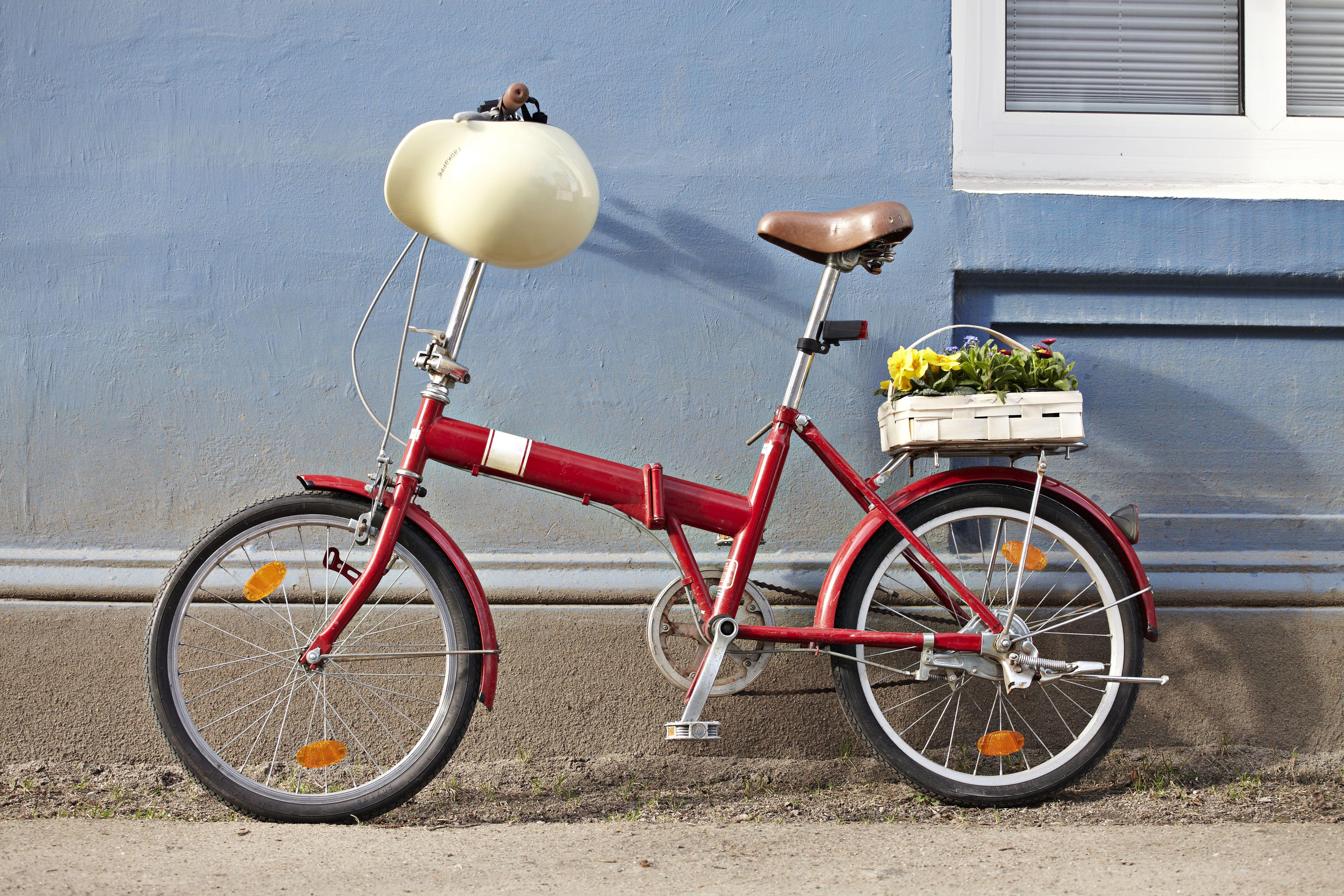 Mathilde mag das rote Rad mit der vanillegelben Radkappe