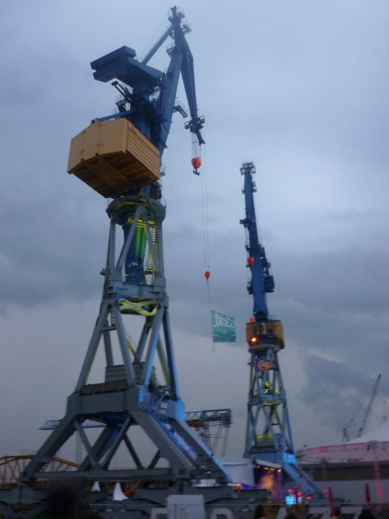 Mathilde mag den Hafen auch auf der anderen Seite – Baukräne im Dienst des Elbjazz-Festivals