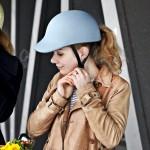 Mathilde mag die blaue Radkappe, die Platz für eine Frisur lässt