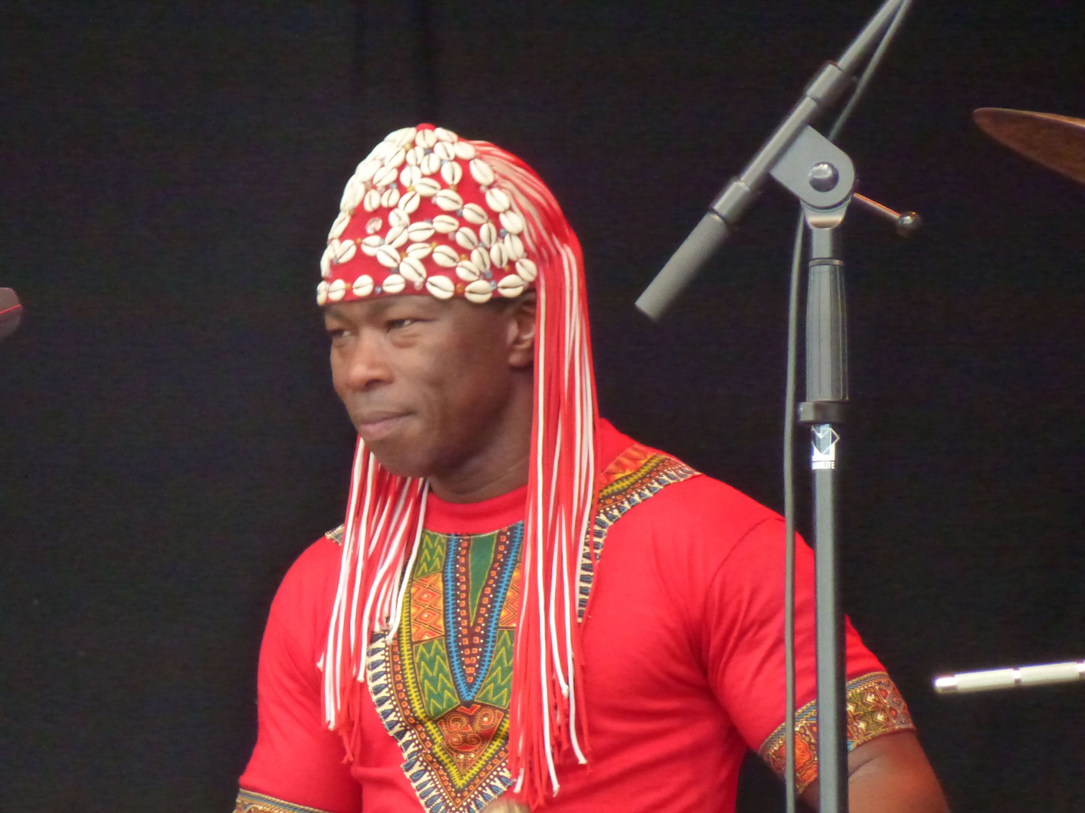 Aly Keita spielt Balafon für das Trio Ivoire