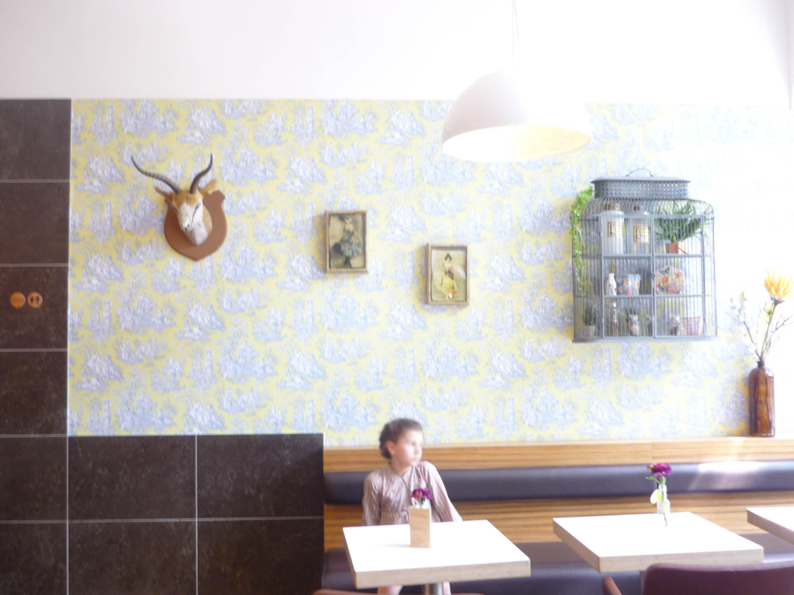 Mädchen im Café - Mathilde MAG