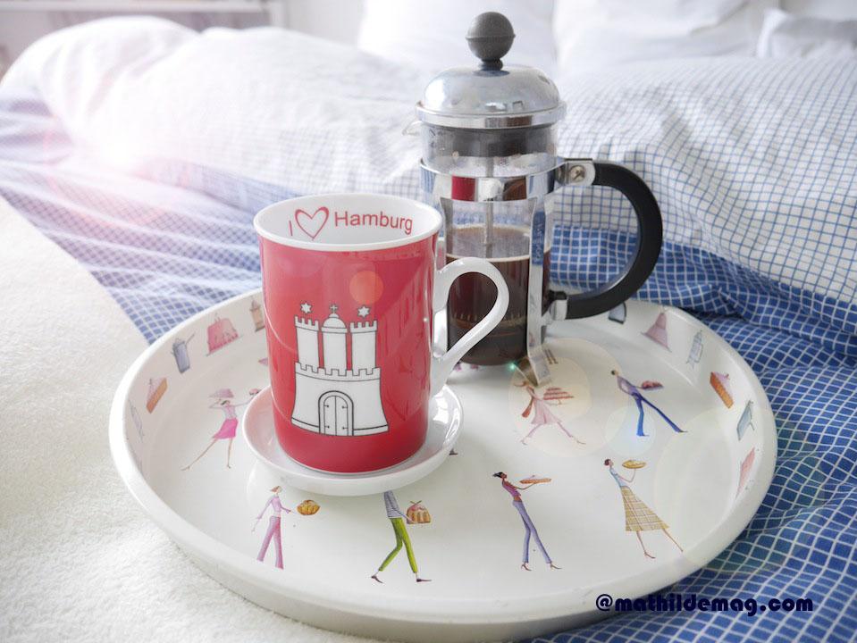 1 Mathilde mag ihren Morgenkaffee im Bett