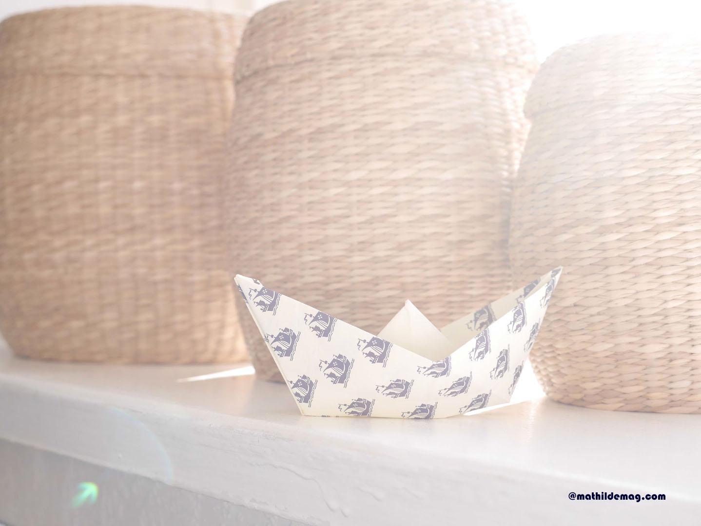 Papierschiff vor Seegraskörben - Mathilde MAG