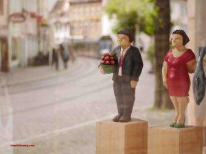 Holzfiguren in einer Kunstgalerie der Freiburger Innenstadt