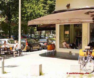 Menschen vorm Café Eclair