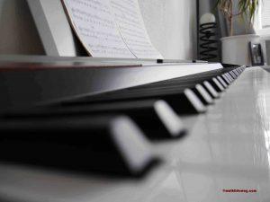 6 Klavier spielen