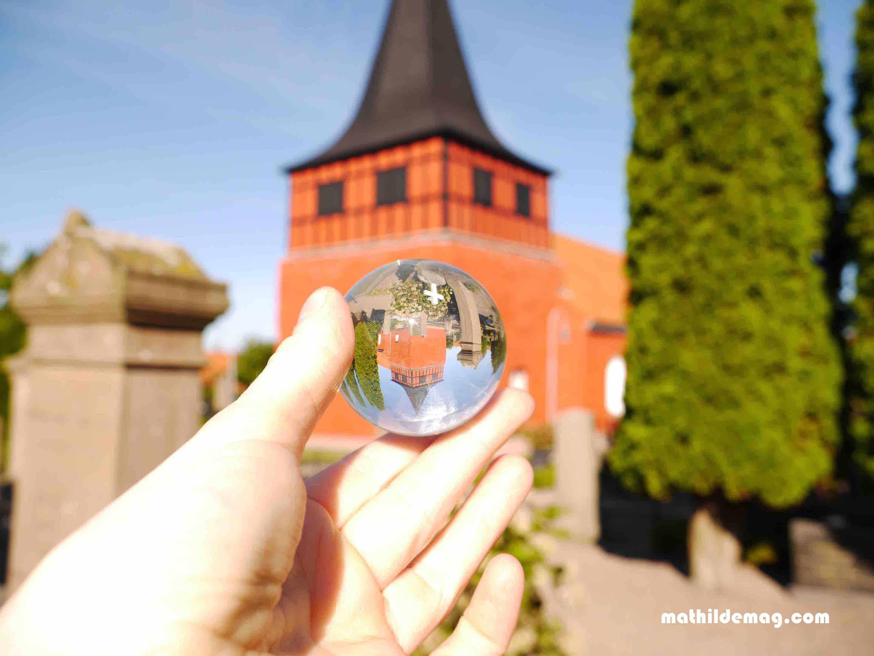 roter-kirchturm-in-svaneke-kugel
