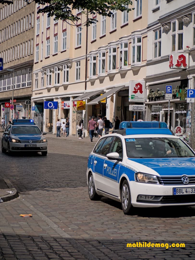 Diese Polizeiwagen fuhren über das Hamburger Schulterblatt beim G20 Gipfel